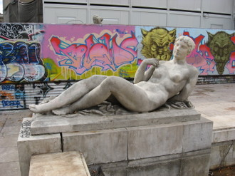 Statue_at_musee_de_lart_moderne