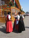 Three_women_in_tracht_near_schuetze_tent